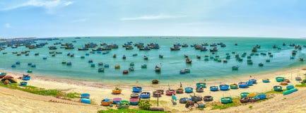 Paesino di pescatori Phan Thiet, Vietnam di canottaggio di panorama Fotografie Stock Libere da Diritti