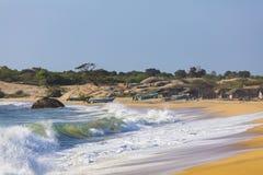 Paesino di pescatori su un'isola a distanza dell'oceano fotografie stock libere da diritti