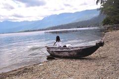 Paesino di pescatori sull'orlo del maninjau del lago fotografia stock libera da diritti