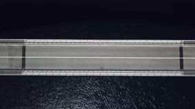 Pag,克罗地亚,路海岛的桥梁的鸟瞰图  俯视海的峭壁 影视素材