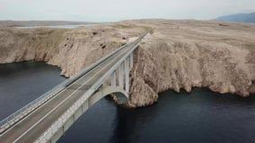 Pag,克罗地亚,路海岛的桥梁的鸟瞰图  俯视海的峭壁 股票视频