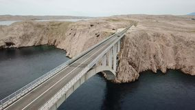 Pag,克罗地亚,路海岛的桥梁的鸟瞰图  俯视海的峭壁 股票录像