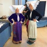Pag, Chorwacja, Jun 23, 2018 Dwa młoda piękna dziewczyna ubierał w tradycyjnym kostiumu Pag w 9th zawody międzynarodowi koronkowy Zdjęcia Stock