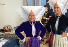 Pag, Chorwacja, Jun, 23, 2018 9th zawody międzynarodowi koronkowy festiwal Dwa dziewczyny piękna poza ubierał w tradycyjnym kosti fotografia stock