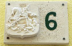 Pag, Croacia, el 23 de junio de 2018 El número seis, el número casero adornado con el alivio de piedra tiene gusto antiguo Imagen de archivo libre de regalías