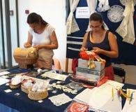 Pag, Croacia, el 23 de junio de 2018 9no festival internacional del lave El lacemaker de dos jóvenes de Hungría hace el cordón Imágenes de archivo libres de regalías