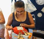 Pag Kroatien, Juni 23, 2018 den 9th internationalen snör åt festival Kvinnan snör åt tillverkaren från Ungern gör en snöra åt royaltyfri fotografi