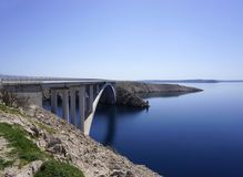 Pag przerzuca most bridżowy łączący wyspę Pag z stałym lądem w Dalmatia, Chorwacja Zdjęcia Stock