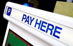 Paga aquí para el estacionamiento Imagen de archivo libre de regalías