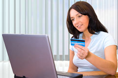 Paga con la carta di credito Fotografie Stock Libere da Diritti