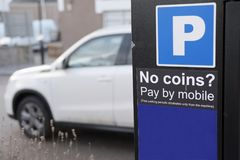 Paga del aparcamiento por el teléfono móvil o la tarjeta de crédito ningún pago fácil rápido del boleto fotografía de archivo libre de regalías