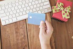 Paga online di compera dalla carta di credito Compera di Natale di inverno Immagine Stock Libera da Diritti