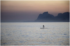 Pagaia in piedi in Rio de Janeiro sul tramonto Immagine Stock