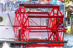 Pagaia rossa sul vecchio crogiolo di ruota a pale fotografia stock libera da diritti