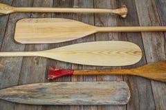 Pagaie di legno della canoa Immagini Stock