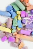 Pagaille de couleurs cassée par craie colorée au-dessus de blanc Photographie stock libre de droits