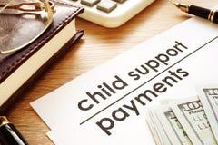 Pagamenti dell'assegno familiare per i figli Documenti in una corte immagine stock libera da diritti