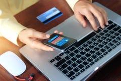 Pagamenti mobili, uomo che usando i pagamenti mobili e la carta di credito per l'acquisto online Fotografie Stock Libere da Diritti