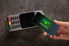 Pagamento aceitado com telefone celular fotografia de stock royalty free