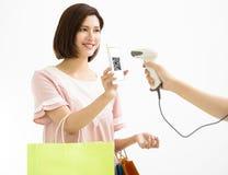 Pagamento da mulher pelo telefone esperto com código do qr fotos de stock