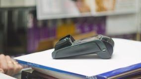 Pagamento dalla carta assegni senza contatto con il modulo del chip di NFC Tecnologia di Nfc Movimento lento stock footage