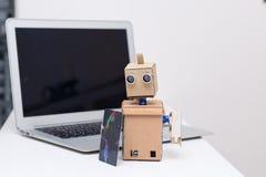 Pagamento dalla carta sul robot del cartone e della linea Immagine Stock Libera da Diritti