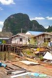 Pagamento de Koh Panyee construído em pernas de pau da baía de Phang Nga Imagens de Stock