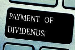 Pagamento del testo della scrittura dei dividendi Concetto che significa distribuzione dei profitti dalla società alla tastiera d immagine stock libera da diritti