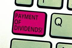 Pagamento del testo della scrittura dei dividendi Concetto che significa distribuzione dei profitti dalla società alla tastiera d immagini stock