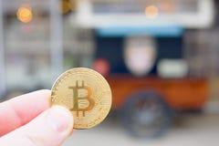 Pagamento di Bitcoin per alimento ad un camion dell'alimento, automobile del gelato facendo uso del cryptocurrency Immagine Stock