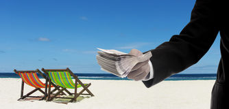 Pagamento do homem de negócios para o aluguel a praia Fotografia de Stock Royalty Free