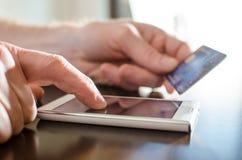 Pagamento em linha com um smartphone Imagens de Stock Royalty Free