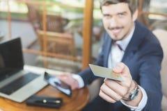 Pagamento em linha pelo cartão plástico com os Internet banking fotografia de stock royalty free