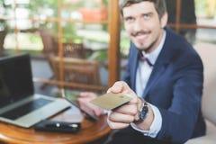 Pagamento em linha pelo cartão plástico com os Internet banking imagens de stock royalty free