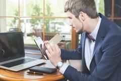 Pagamento em linha pelo cartão plástico com os Internet banking imagem de stock