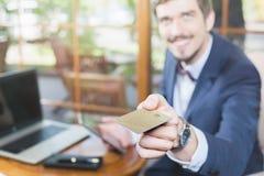 Pagamento em linha pelo cartão plástico com os Internet banking foto de stock