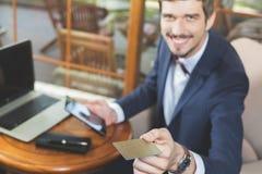 Pagamento em linha pelo cartão plástico com os Internet banking imagem de stock royalty free
