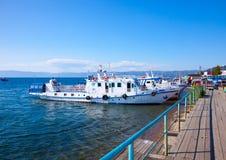 Pagamento Irkutsk Oblast de Listvyanka situado na costa do Lago Baikal, Rússia foto de stock