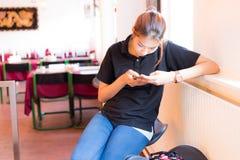Pagamento móvel As mulheres usam o móbil para pagar por bens Fotografia de Stock