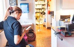 Pagamento móvel As mulheres usam o móbil para pagar por bens Foto de Stock Royalty Free