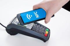Pagamento móvel com tecnologia de NFC fotografia de stock