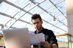 Pagamento masculino farpado do empresário em linha através da tabuleta digital Banqueiro que usa apps foto de stock