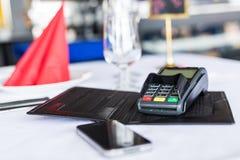 Pagamento mobile Tempo per uso tutto il cellulare a anykind del pagamento Li Fotografie Stock Libere da Diritti