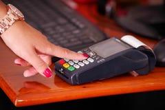 Pagamento moderno com nova tecnologia usando um relógio esperto e pressionando algum serviço dos produtos dos botões, da compra e Fotos de Stock