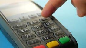 Pagamento no comércio com sistema do nfc com telefone celular video estoque