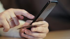 Pagamento online con la carta di credito e lo smartphone stock footage