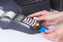 Pagamento para a compra pela caixa registadora e pelo leitor de cartão do crédito Fotografia de Stock