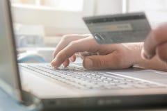 Pagamento pelo cartão de crédito ao comprar no Internet fotografia de stock