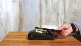Pagamento senza contatto di un acquisto inviando un telefono cellulare al terminale archivi video
