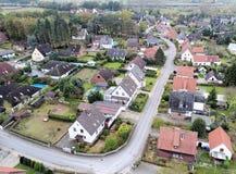 Pagamento suburbano em Alemanha com casas terraced, casa para o miliampère fotos de stock